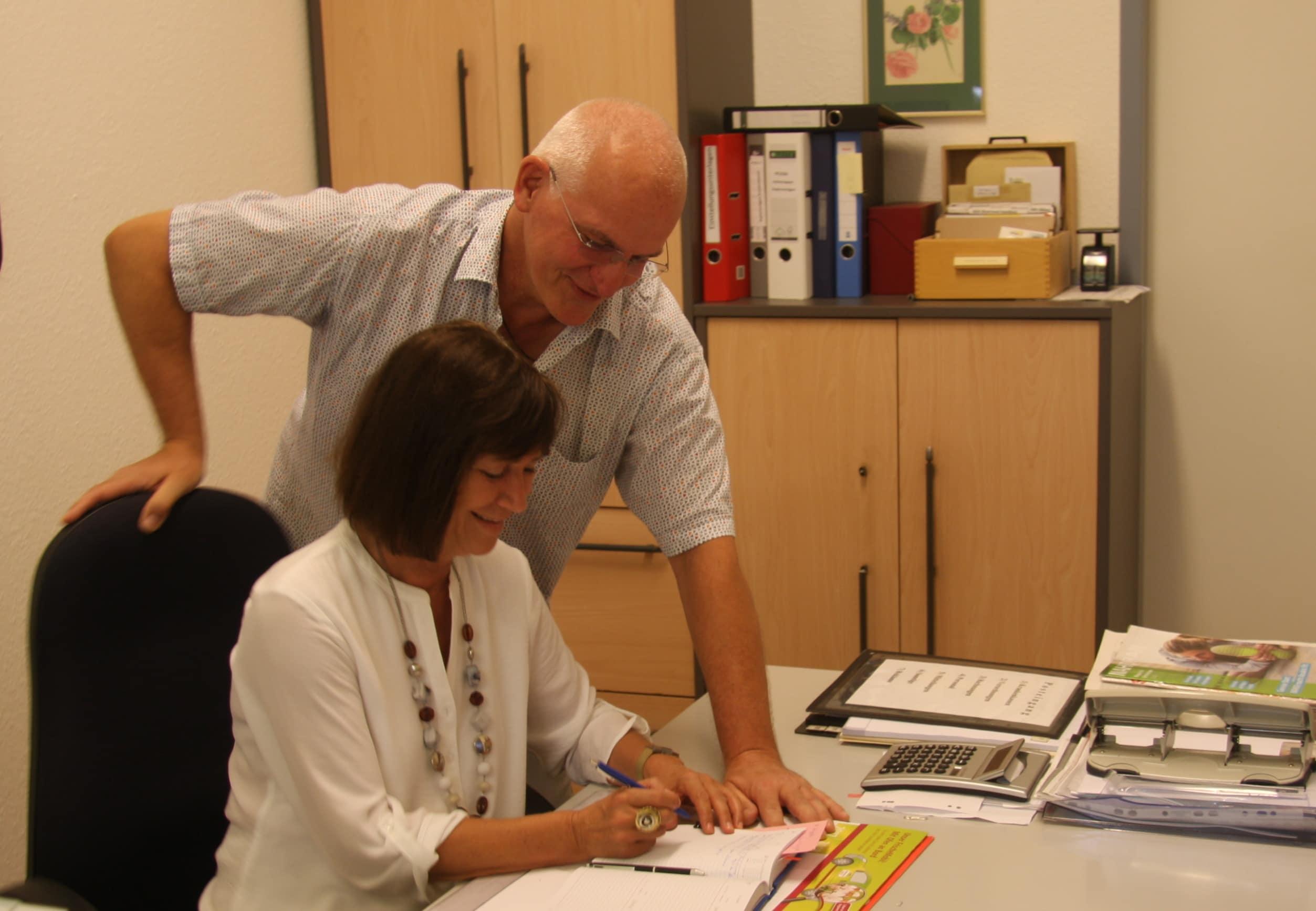 Sabine Heitmann und Frank Kuhnert bei der Tourenplanung